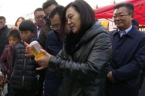 山东省联合执法组现场整治章丘农村大集自产蜂蜜