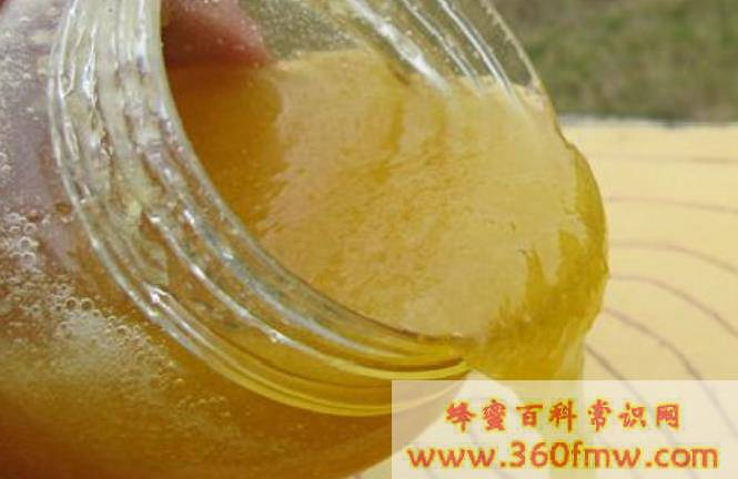 蜂蜜中出现白色沉淀物_蜂蜜中有沉淀物正常吗