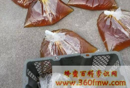 江西赣州岭背:两名卖假蜂蜜的男子被抓